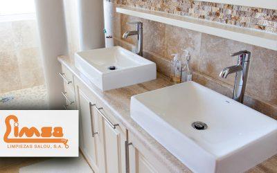5 consejos caseros para reparar un atasco de tuberías en el baño.